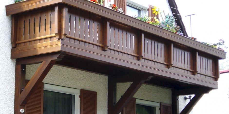 Balcoane suspendate si incastrate din lemn masiv de brad for Modele de balcon din lemn