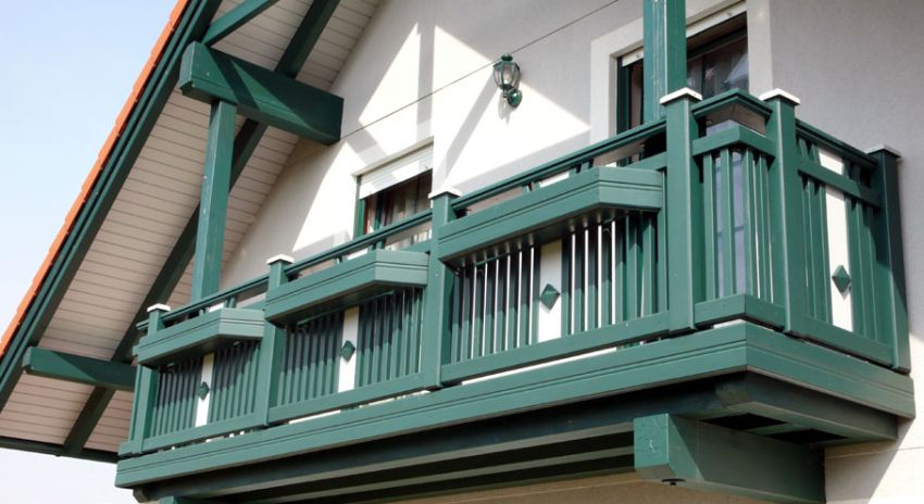 Balcoane suspendate din lemn masiv si stratificat de for Modele de balcon din lemn